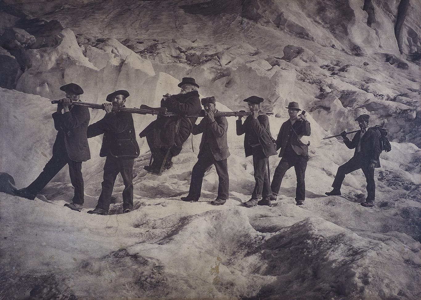 Monsieur Janssen porté par ses guides sur le plan du Glacier - IALP  Mountain Museums